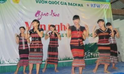 Văn nghệ tuyên truyền bảo vệ rừng tại xã Thượng Nhật, huyện Nam Đông, tỉnh Thừa Thiên Huế.