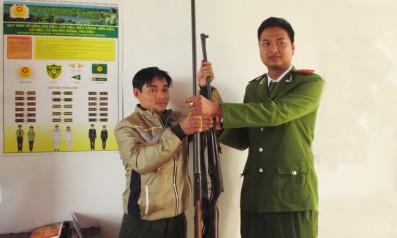 Vườn quốc gia Bạch Mã: Thu giữ, bàn giao vũ khí trái phép cho công an
